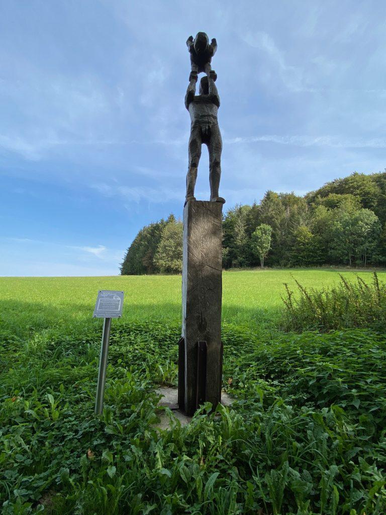 die Skulptur selbstbestimmte Kindesbestimmung auf der Poppenhausener Kunstmeile