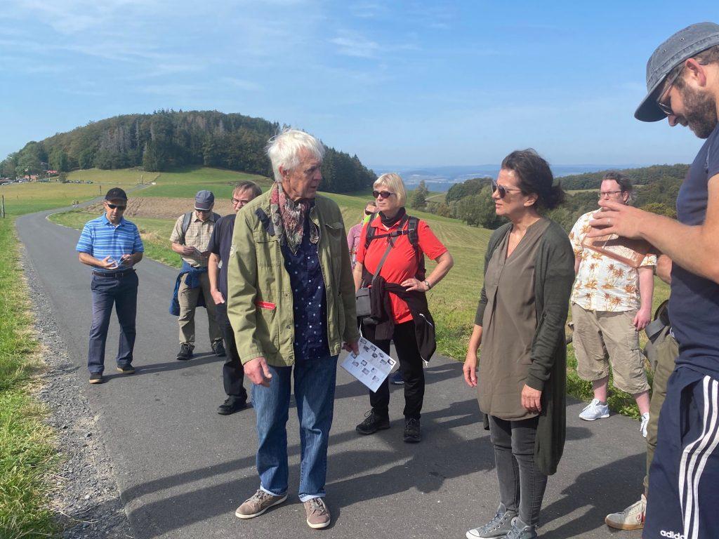 Elmar Baumgarten erzählt Grünen Mitgliedern über Skulpturen auf der Poppenhausener Kunstmeile