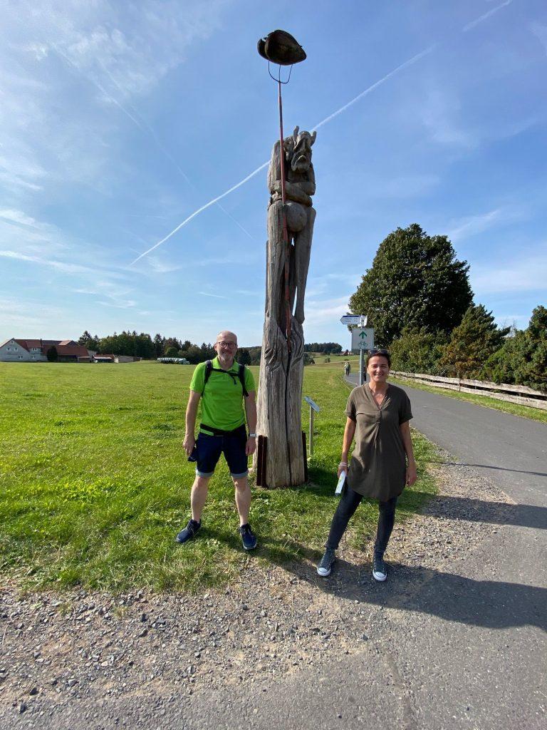 Die Landtagsabgeordneten Silvia Brünnel und Markus Hofmann vor einer Skulptur auf der Poppenhausener Kunstmeile