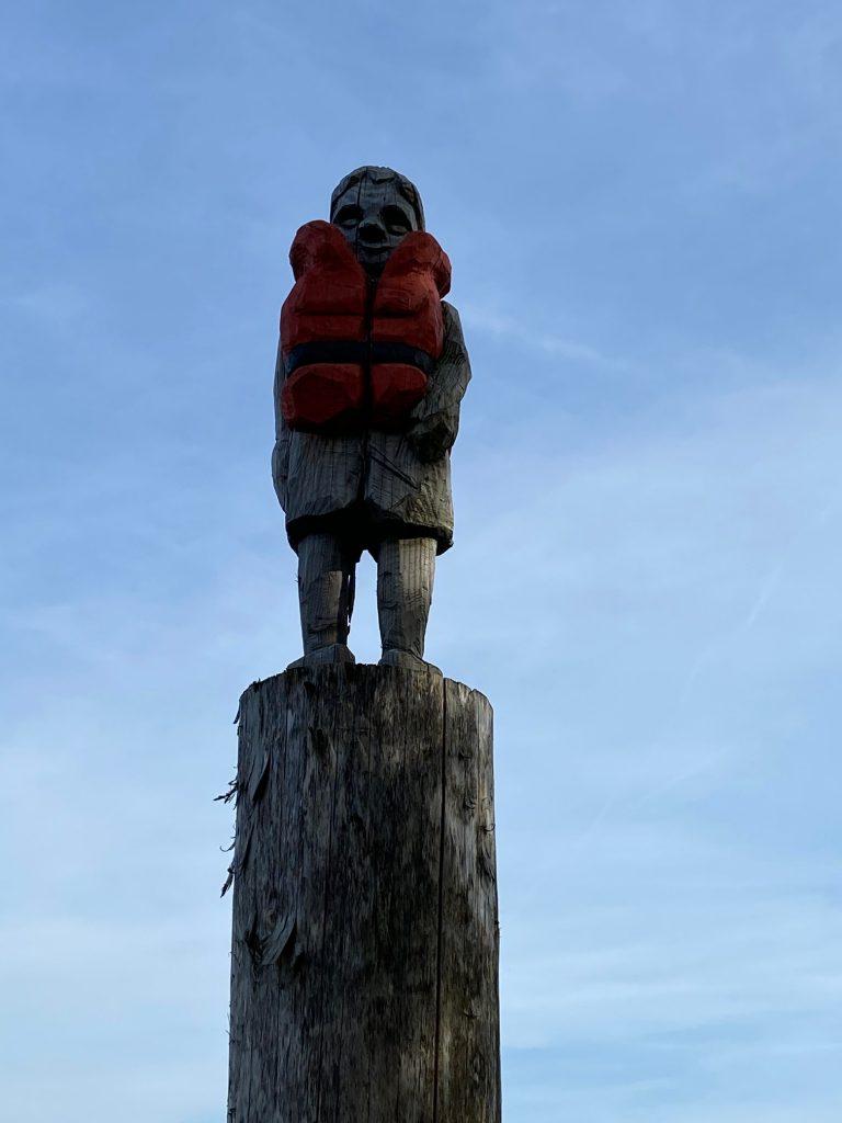 Skulptur zeigt einen Jungen mit einer Rettungsschwimmweste